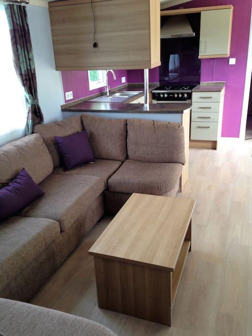 Salon confortable et moderne de 6 places donnant sur la Tv ecran plat de 100cm.