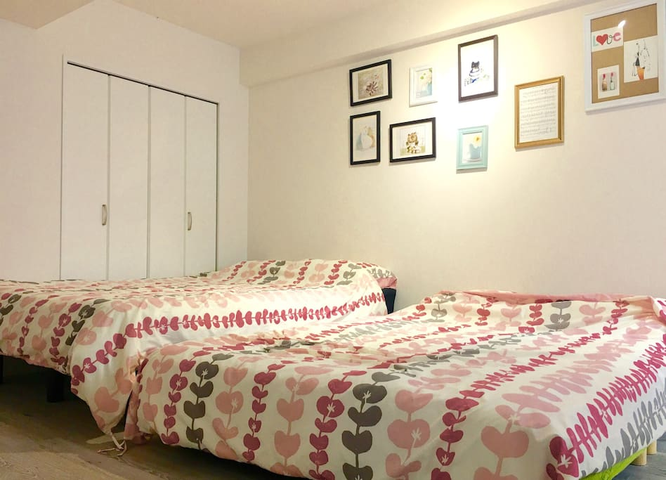 Big room with 2 double beds and 2 single mattress beds 房间宽敞可以放下两张双人床和两张单人布团(铺10cm厚床垫上)