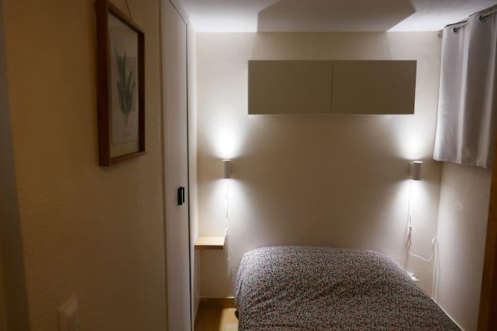 Chambre avec un lit de 130x190cm