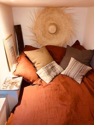 Chambre du bas pour 2 enfants ou 2 adultes . Style cabine de bateau avec vue sur le jardin . Lit 130x180