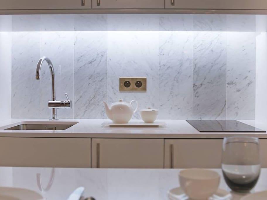 Cuisine entièrement équipée : machine à café Nespresso, vaisselle de qualité, lave-vaisselle, réfrigérateur, plaques de cuisson en vitro céramiques.