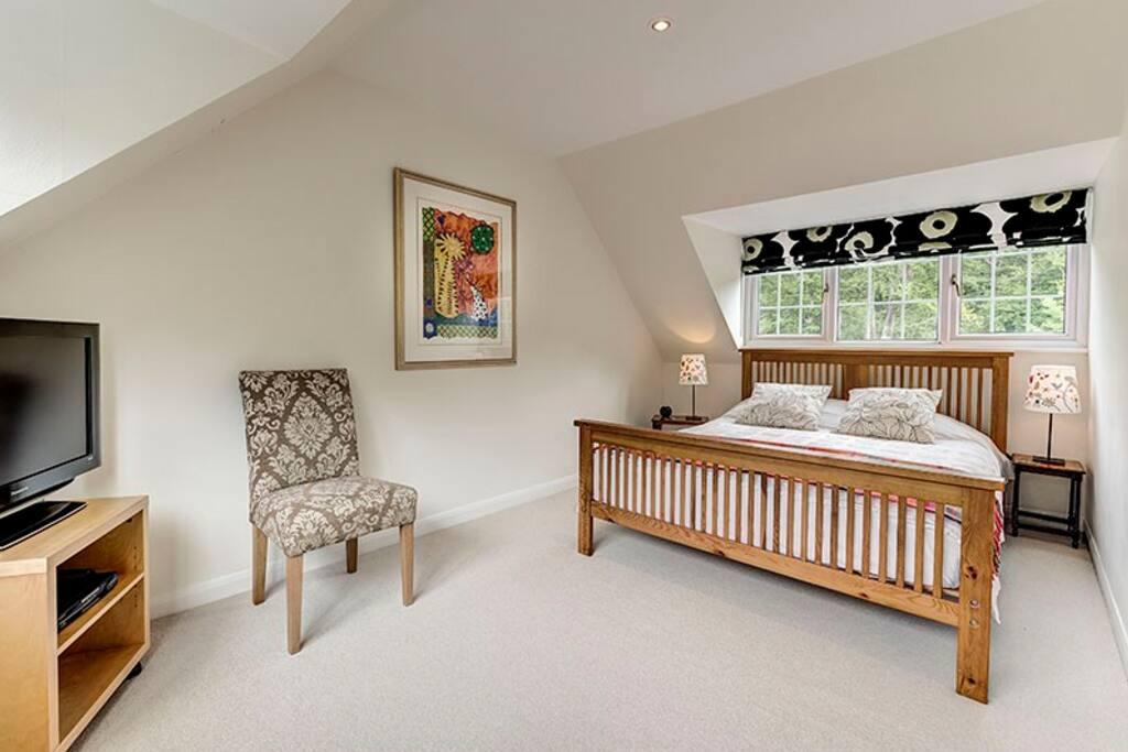 Bedroom 1 - kingsize double