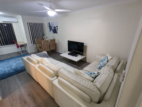 Centrally located, riverside apartment + WIFI