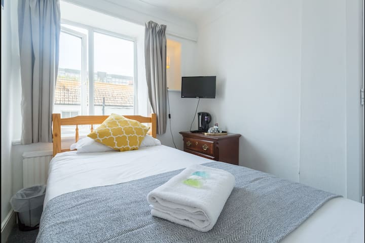 Cosy Little Single Room, 5 min walk from the Beach