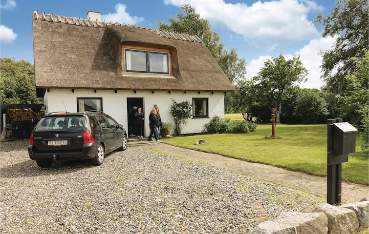 Former farm house with 3 bedrooms on 96m² in Askeby
