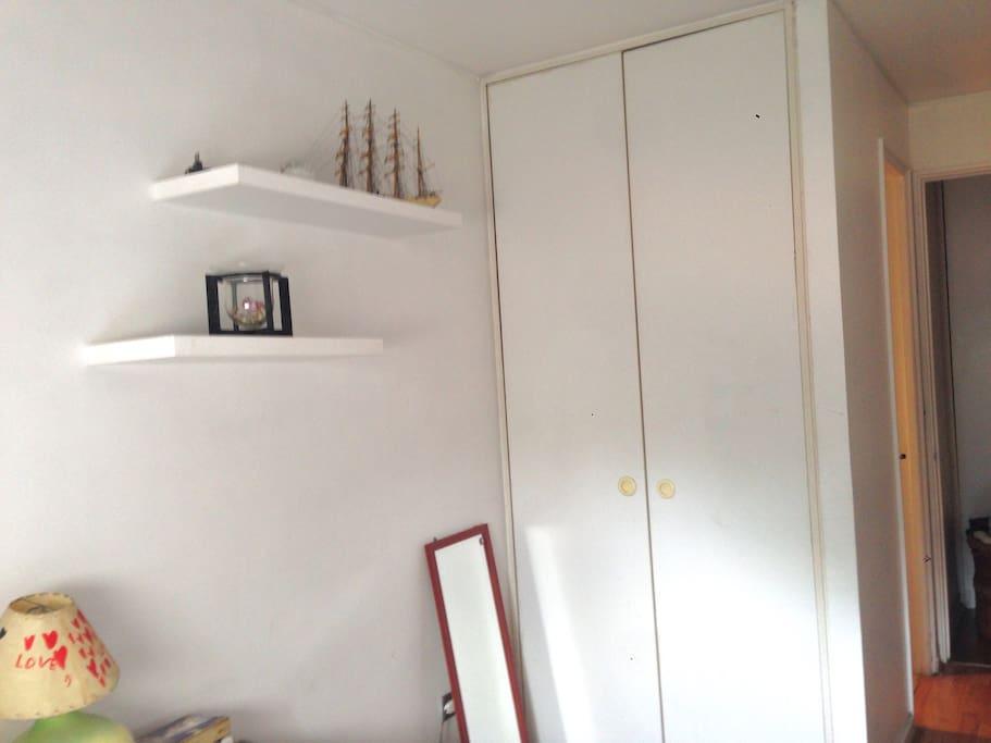 El armario consta de colgadores a un lado y repisas del otro.