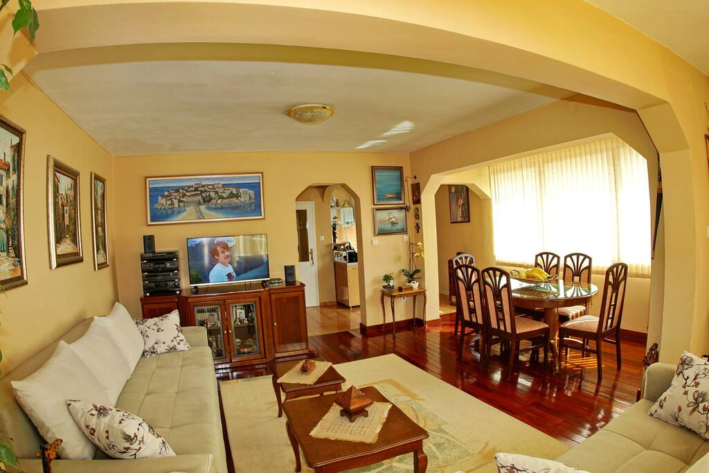 Big living and dining room with 3D tv and cable tv for your rexaed stay in it.