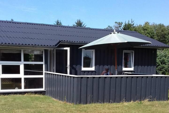Sommerhus ved BLOKHUS strand.