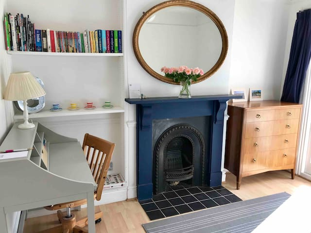 Super cosy room in period house, close to shops .