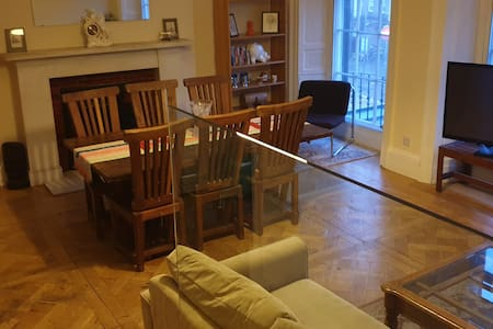 Very Central, Large 1 Bedroom Apartment - Sleeps 4
