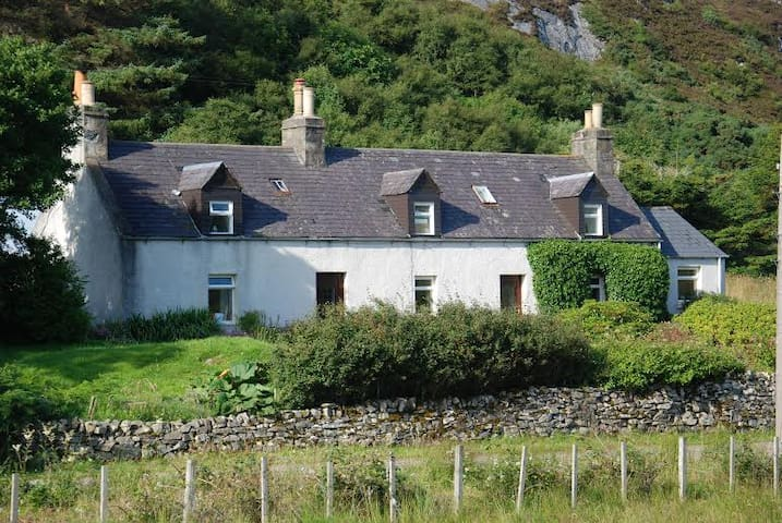 Between the Rocks and the Sea:Scottish croft house