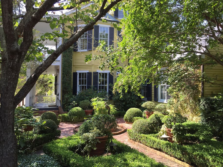 GardenSong B&B was built in 1836 in historic Natchez, Mississippi. The house is a striking clapboard structure, set in a beautiful formal garden.