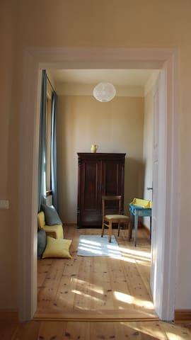 Nebenzimmer (ca. 10,5 qm). Zugang über das Zimmer mit Doppelbett.