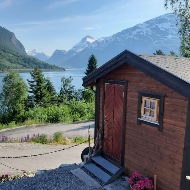 Koselig hytte ved fjorden i Loen