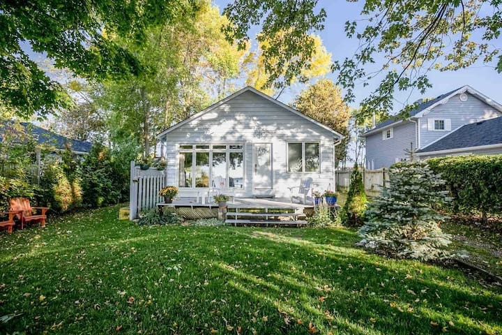 BEAUTIFUL DIRECT WATERFRONT LAKE SIMCOE COTTAGE