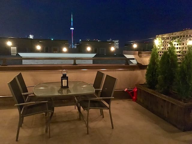 Cute downtown townhome for 2 with rooftop patio :) - Toronto - Stadswoning