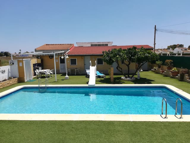 2/Chambre face piscine et jardin . Proche plage