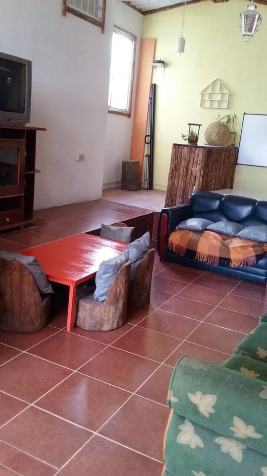 Sala común con televisión. Patio/ jardín y garage