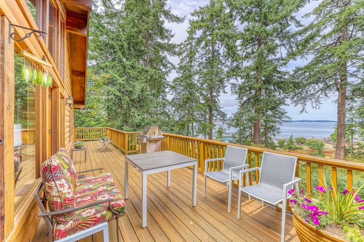 Northwest-style cabin w/ stunning views of the ocean & nearby beach access!