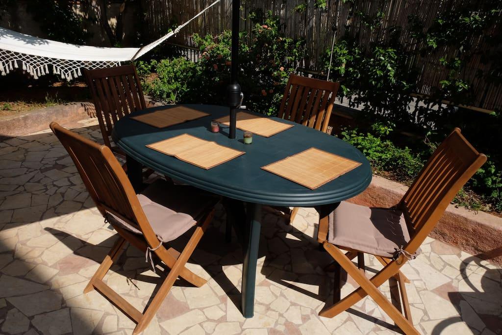Tavolo da pranzo con ombrellone
