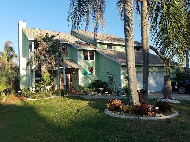 The Mermaid House. Beautiful waterfront community