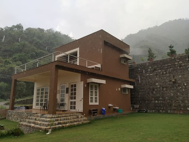 'Family' luxury nature villa by Kaathkuni Homes!