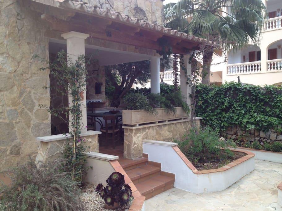 Wunderbare Terrasse vor dem Haus mit großem Tisch