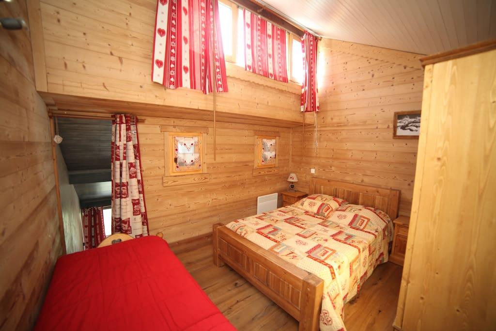 La chambre de la mezzanine avec 1 lit de 140 et 1 lit de 80.