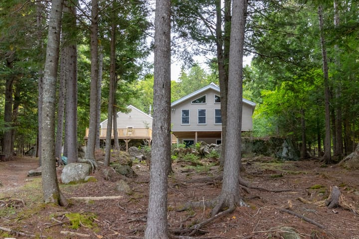 Lakefront cabin w/ dock, outdoor fire, free WiFi, close to town - Dogs OK!