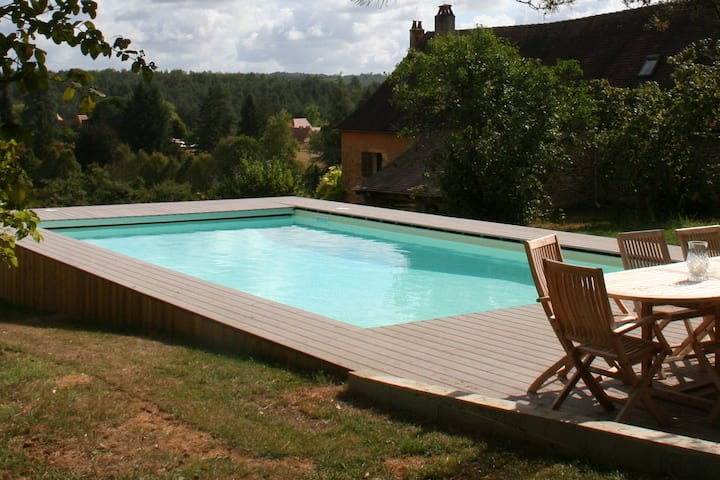 Modernised cottage with pool, views and privacy