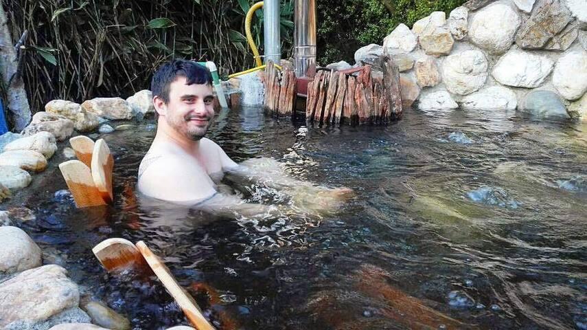 Huésped disfrutando de un baño caliente en el jacuzzi de cuarzo del hostal.