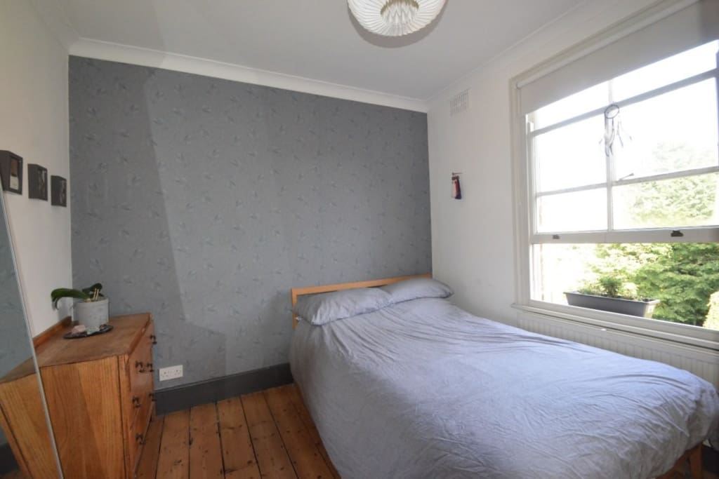 Comfy double bed, huge mirror and House of Hackney wallpaper. Quiet at the back of the house.