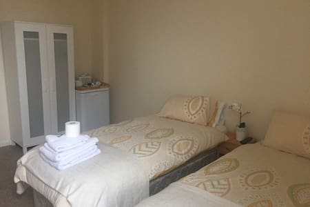 Private Rooms in a nice quiet house - Barnstaple - บ้าน