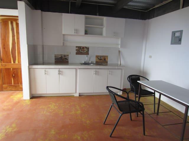 Entrada, cocina y comedor suite piso subsuelo