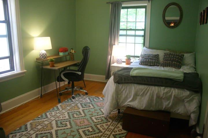 Beautifully Sunlit Bedroom in Rogers Park Vintage