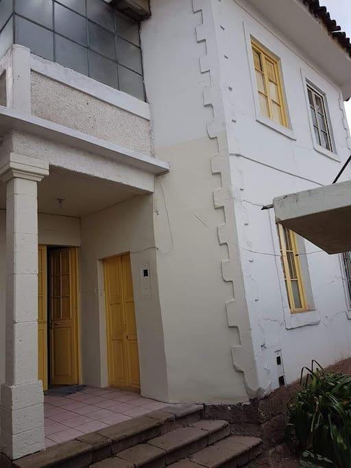 la fachada ingreso a las habitaciones