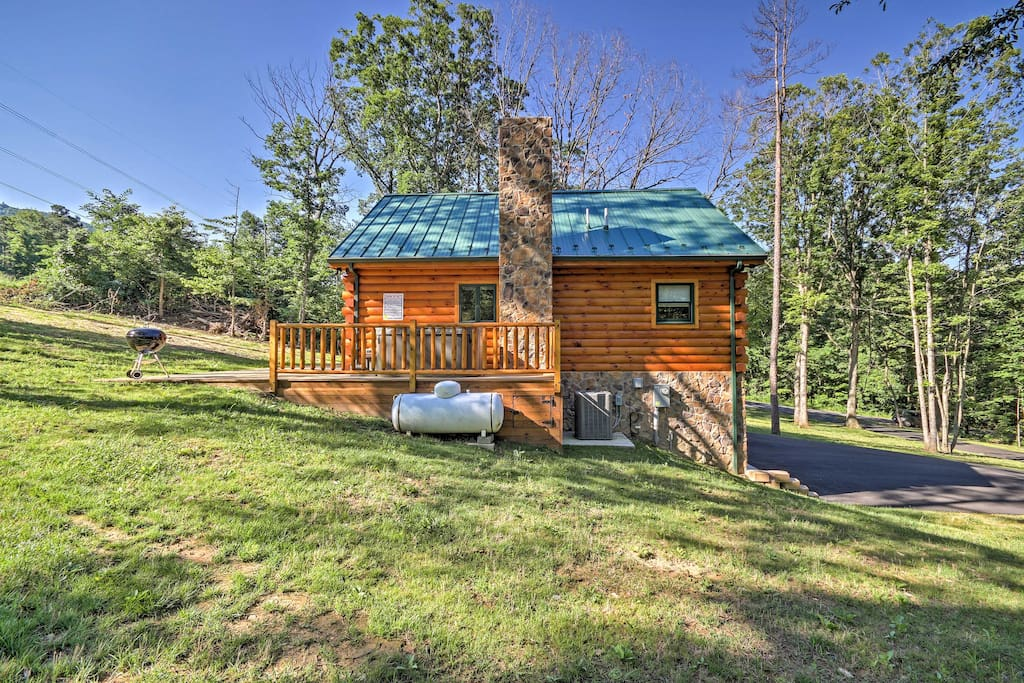 This lovely 3-bedroom, 2-bathroom Virginia vacation rental cabin located inside the Shenandoah Valley Area is the perfect place for a couples retreat or family vacation!