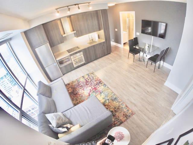 ❤️**COLOURFUL DESIGNER 3 Bedroom Condo w/ Parking