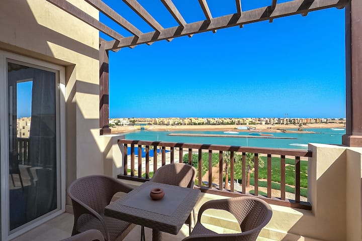 Bright 1 bedroom apartment with lagoon view