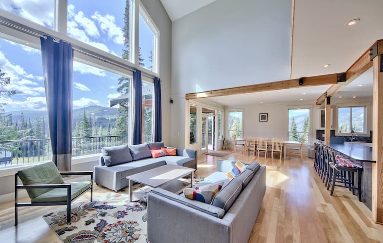 New Luxury Chalet, Chef's Kitchen, True Ski-in/Out - Sun Peaks