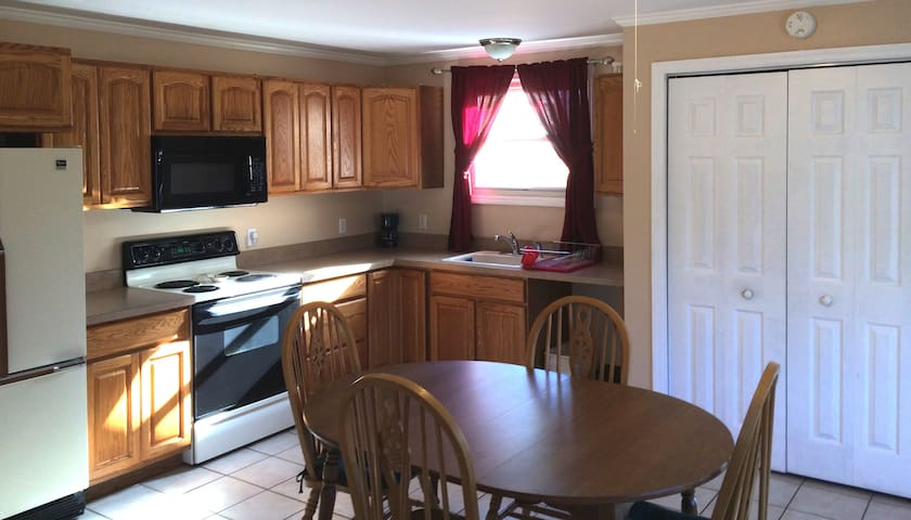 2 Bdrm Apt w/ Private Balcony--Walkable to Village - Lake George - Huoneisto