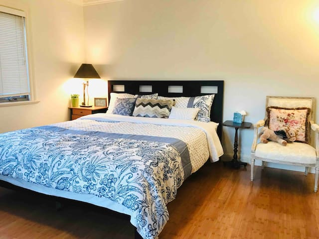 Cal King bed with private bathroom (near SFO/BART)