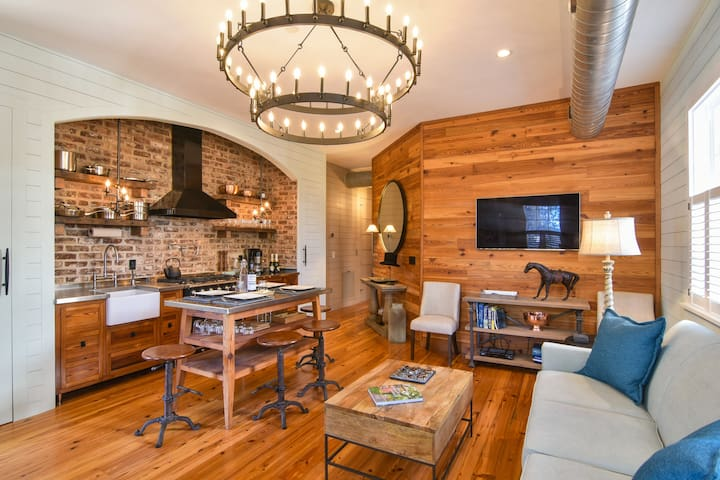 Suite in a Stunning Bright Manor House Downtown