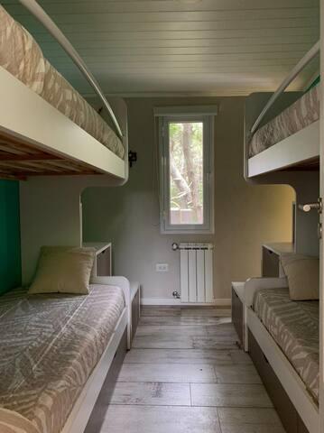 Primer habitación. 2 camas cuchetas con espacio para guardar, aire acondicionado y calefacción