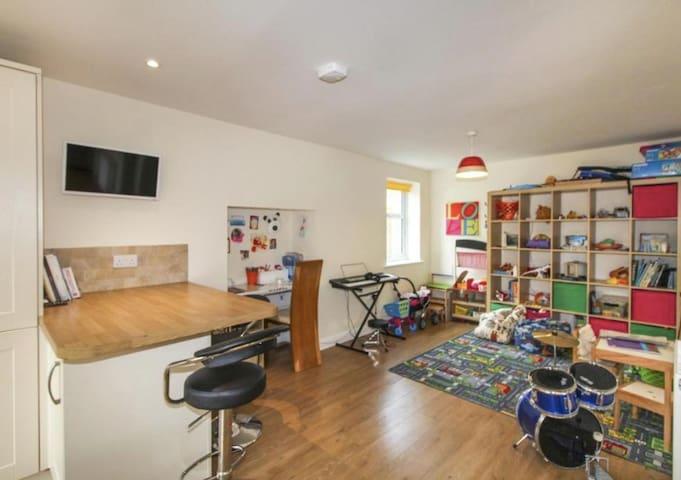 Breakfast Bar / Playroom
