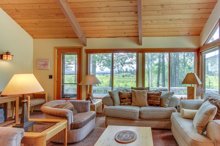 Peaceful mountain home w/shared pool & hot tub near hiking and more!