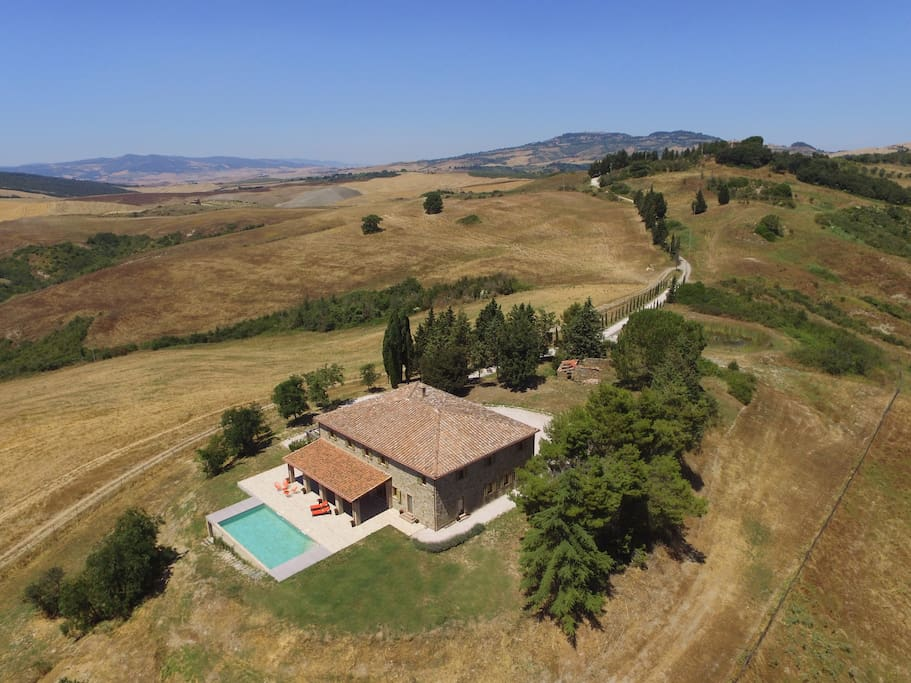 Set in Tuscan countryside with 360 degree views