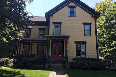 Private 3rd Floor in Victorian home (2 bdrm + den)