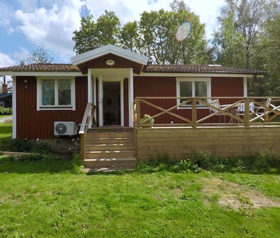Nyrustat hus med egen badvik och roddbåt