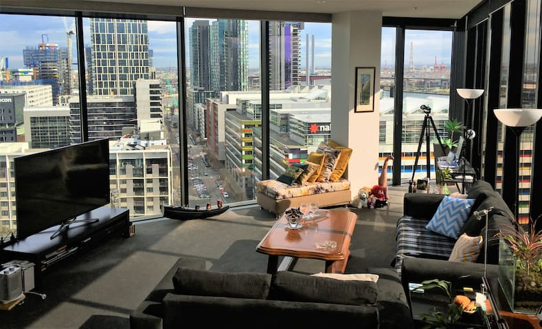 Charming Docklands- suits 1 female guest only